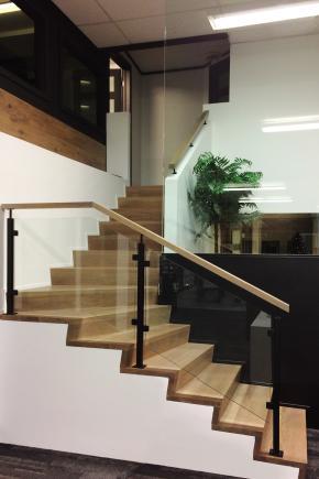"""Escalier """"Z riser"""", sans nez de marche, garde-corps style """"verre"""" avec composantes noires"""
