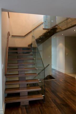 Escalier poutre centrale en noyer avec palier