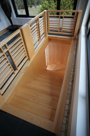 Escalier fermé entre 2 murs en érable naturel