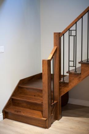 Escalier ouvert 1 côté avec palier en frêne teint et vernis