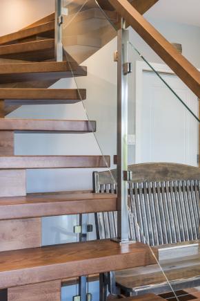 """Escalier à poutre centrale en merisier massif, Garde-corps style """"verre"""""""