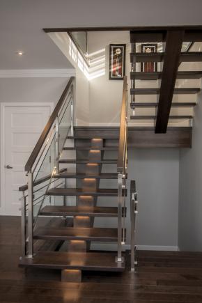 """Escalier à poutre centrale en merisier massif, Garde-corps style """"verre et tige"""", option éclairage LED sous les marches"""