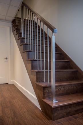 Escalier ouvert 1 côté avec contremarches en merisier massif, Garde-corps avec poteaux et barreaux en inox ainsi que main courante moderne en merisier