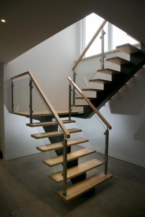 Escalier poutre centrale en métal, marches en Érable