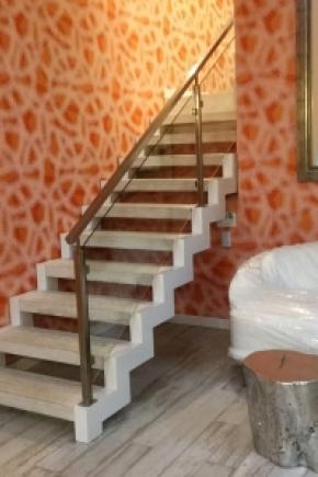 Escalier avec limons de métal et marches en béton