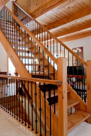 Escalier à limons latéraux en pin, Garde-corps avec poteaux 3-1/2, main courante coloniale et barreaux avec insertions en acier noir
