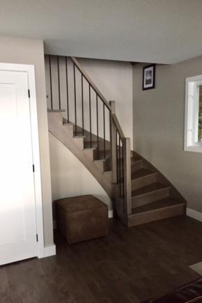 Escalier en frêne à marches balancées, ouvert 1 côté, Garde-corps moderne avec poteaux 2-3/4, et main courante en frêne massif ainsi que barreaux en acier noir