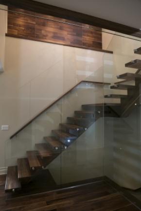 Escalier poutre centrale en noyer