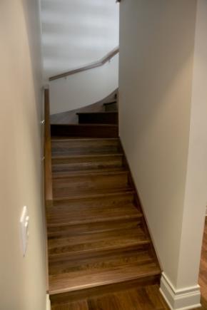 Escalier fermé entre 2 murs