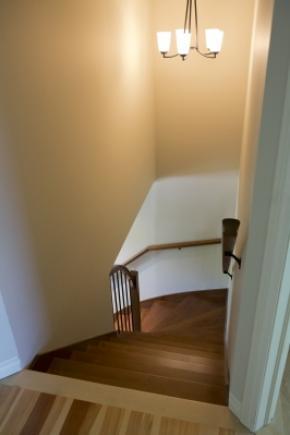 Escalier balancé fermé entre 2 murs
