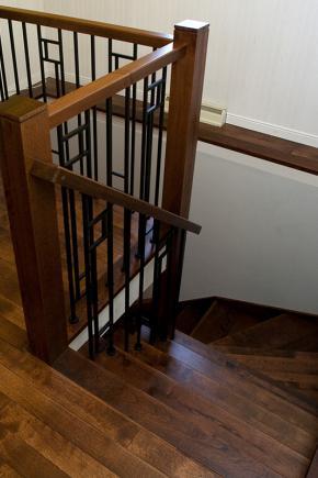 Escalier fermé entre 2 murs, en frêne