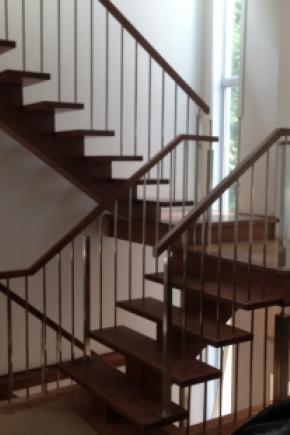 Escalier poutre centrale en chêne teint