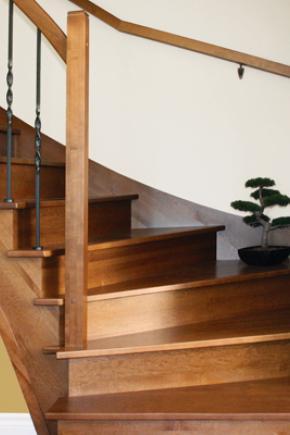 Escalier balancé, ouvert 1 côté, en érable teint / vernis